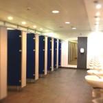 エディンバラ空港に到着。トイレの様子。既に紺色がイギリスっぽい。