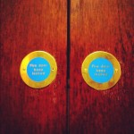 スコットランドではこういう形のドアの表示を良く見ました。