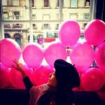 お土産売り場兼カフェがピンク!記念撮影。入館料は無いけど、チップ箱があるから入れときましょう。