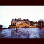 雨にぬれた地面にお城が写ってる。このぐっしょり感は今の私の心とおなじだ、、、。