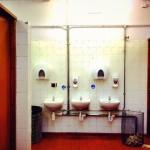 ここはエディンバラ城のそばにあるトイレ。ドアが重厚な木製。