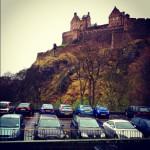 お城と車。